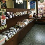 Sobafuji - 入口の戸を潜ると観光客向けにお土産コーナーが広がっている