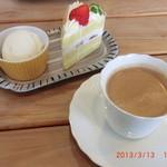 45551362 - ショートケーキとコーヒー付き