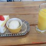 45551365 - ショートケーキとオレンジジュース付き