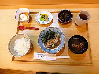 むとう - 銀座の鯛茶漬けの名店のランチ! 1600円。なんとなく空間があきすぎのような???? もう少し副菜を充実させて欲しいな。卵焼きとかついているだけでも鮮やかな黄色が入って色彩がきれいに見えるのに。