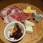 ラヴァーニャ - 生ハムとチーズ盛り 1490円
