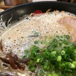 博多一幸舎 - ワイルドさもある豚骨スープ