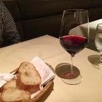45567496 - 赤ワインとパン