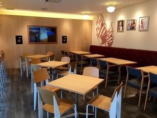 六甲牧場カフェ ハーバーランド店 - 内装はオシャレでモニターまで設置!
