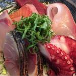 暖歓 - 6種類のお刺身が載った「海鮮丼」でワンコインは安い!