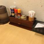 らーめん きちりん - テーブルの調味料