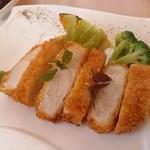 洋食屋アニバーサリー 永遠 - 主菜は「三元豚カツ」です。肉厚ですが柔らかく、とても美味しい。