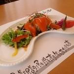 洋食屋アニバーサリー 永遠 - 前菜は「サーモンのサラダ仕立て」です。