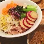 TAMA - ランチ。肉野菜蕎麦、熱盛り野菜増し。