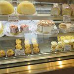 フジヤ和洋菓子店 - 料理写真:洋菓子のケース