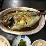 福魚食堂 - どうよ?このヒラアジの大きさ。味付けはしっかり九州らしい甘辛さ。ご飯は適度に硬めの炊き上がりでナイス!