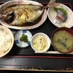 福魚食堂 - ヒラアジ煮付定食。この大きさで800円!