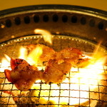 炭火焼肉 牛兵衛 - 和牛ホルモン調理中