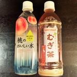 セイコーマート - ドリンク写真:プライベートレーベル:「桃の美味しい水」(7月新発売)、むぎ茶