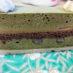 ヴィザヴィ - 東峰村の黄金柚子のクリームを星野村の抹茶とホワイトチョコムースでサンドしてあるケーキ、下にダコワーズ生地を置いて黒豆が忍ばせてあります。