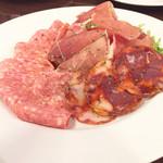 肉バル 310 - 生ハムとサラミ