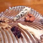 45589162 - チーズ盛り合わせ。好みのチーズが選べます