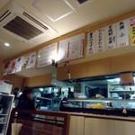呑処おか吉 - 厨房方面を望む。