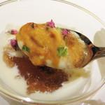 ユヌ ルラシオン スー - 北海道産雲丹と百合根のムース。                             コクと軽やかさが両存する口当たりと味にシュワシュワ(クレマン・ド・ボルドー)が合います。