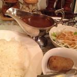 45593915 - 「ボンヌカレー辛口 800円」+「ミニサラダ&ポテト 150円」