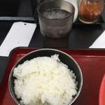 極楽うどん TKU - ランチタイムのカレーうどん系メニューには白ごはん(小)がサービスなのさd(^_^o) 小と言っても普通のごはん茶碗一杯分はあるよ*\(^o^)/*