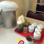 水明亭 - テーブルのセルフのお茶と食券