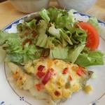 45600742 - メインのたらのカラフルマヨネーズ焼き、サラダ。