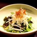 博多もつ鍋 福ヤ - アボカドの刺身です。一人でペロッと食べれます。もう少しボリュームがあったら◎