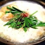 博多もつ鍋 福ヤ - しょうゆ鍋+山芋トッピングです。脂がほんのりのって美味しいです!