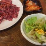 ホドリ - サラダにキムチ、お肉でオカズ軍集合。