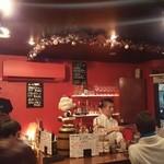 ルードキッチン - クリスマスの飾りつけが施された店内☆ 赤い空調がオシャレです。