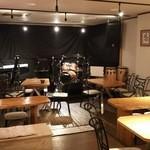 Moon-Stone - 音響抜群の店内とステージ