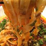 45615062 - 平打ち麺のリフトアップ。モチモチ( ´ ▽ ` )ノ                       タレがしっかり絡みます。