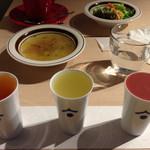 45615311 - 左から、梅酒、洋梨酒、さかすけを使ったフルーツ酒、各60mlで850円の果実の酒飲み比べ
