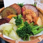 45618059 - カツカレーに付いている「鎌倉野菜」