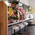 蕎麦DAYS - オープン記念の花がいっぱいのカウンター席