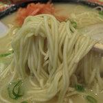 18ラーメン - 麺はいわゆるよくあるタイプの博多ラーメン麺。
