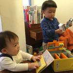 45633566 - たくさんのおもちゃに囲まれて、子供達大喜び!