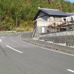 岡製麺所 - その他写真:山道カーブに位置する岡製麺所