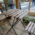 えだおね - (2015/10月)テラス席のテーブルとイスは安定がよくない