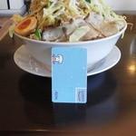 45637203 - らーめん(麺特盛、野菜増し増し)(890円)が登場.。麺が見えないぐらい野菜が盛られています