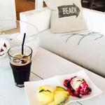 ザ ビーチ ゴーゴー - アイスコーヒーと本日のデザート