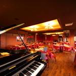 三田屋本店 - 内観写真:土日の18時、19時、20時は30分ずつ、ピアノの生演奏に耳を傾けながら、食事を楽しめます。時にリクエストの曲を弾いてくれることも。月に一度は歌とピアノのアコースティックライブが開催されます。