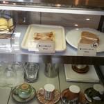 ビーンズ カフェ - ショーケースのケーキたち(タルト・チーズケーキ・スコーン)