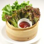 溶岩焼肉ダイニング bonbori - お肉は野菜で巻いて食べましょう