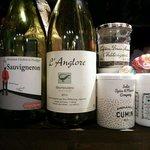 ヘンドリクス カリー バー - カウンター上のワインとスパイス