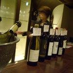 ラルモニー デュ ヴァン ピュール - カウンターにはエチケットを添えたボトルが並ぶ。