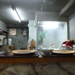 にこみ亭 - カウンターから見た店内‥左手にはテーブル3席