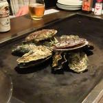 かき小屋 - 先ずは牡蠣を置き、その上に帆立貝