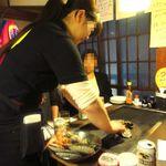 かき小屋 - 初めに店員さんによる「模範的な焼き方講習」が行われ、2回目からは各テーブルで独自調理